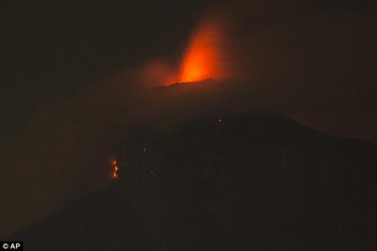 Tối 3/6, núi lửa Fuego ở Guatemala, quốc gia Trung Mỹ, phun trào, khiến dòng dung nham nóng đỏ tràn vào làng Rodeo, khiến ít nhất 25 người thiệt mạng, 20 người bị thương và nhiều người còn mất tích. Giới chức cảnh báo núi lửa vẫn tiếp tục hoạt động. Ảnh AP