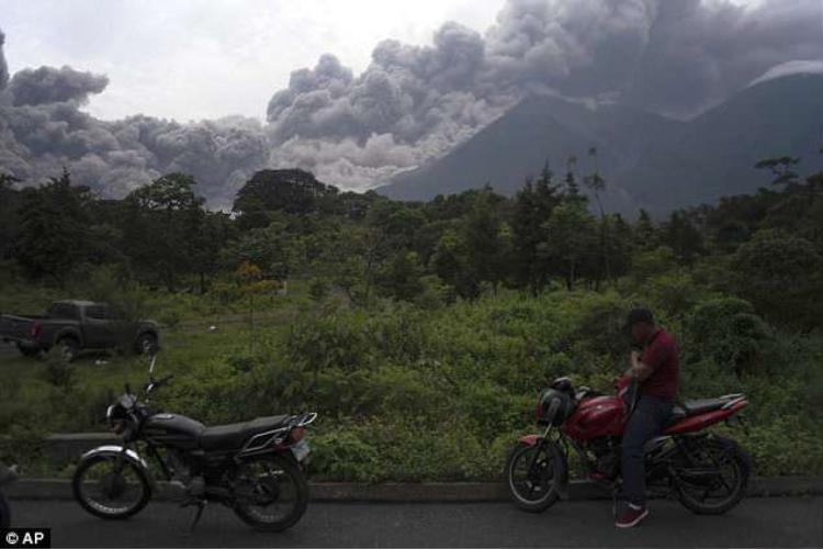 Một góc trời Guatemala bị cột khói đen bao phủ. Ảnh AP
