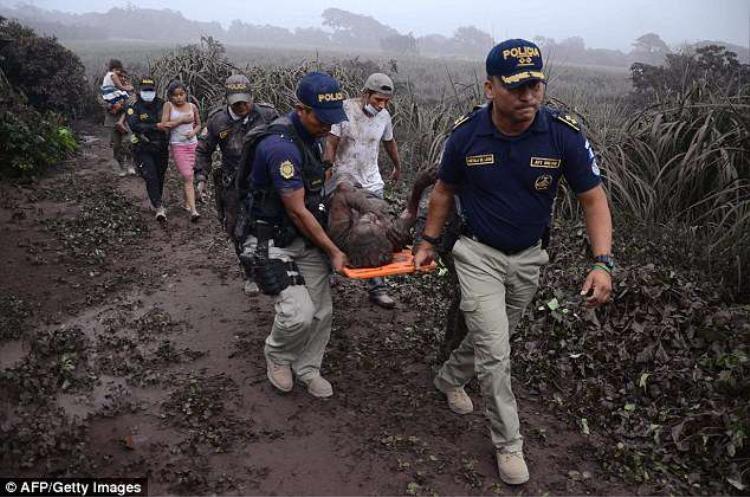 Tổng thống Guatemala Jimmy Morales cho biết, ông sẽ tuyên bố tình trạng khẩn cấp để được quốc hội phê chuẩn và kêu gọi mọi người chú ý đến những cảnh báo của cơ quan cứu trợ. Ảnh AFP
