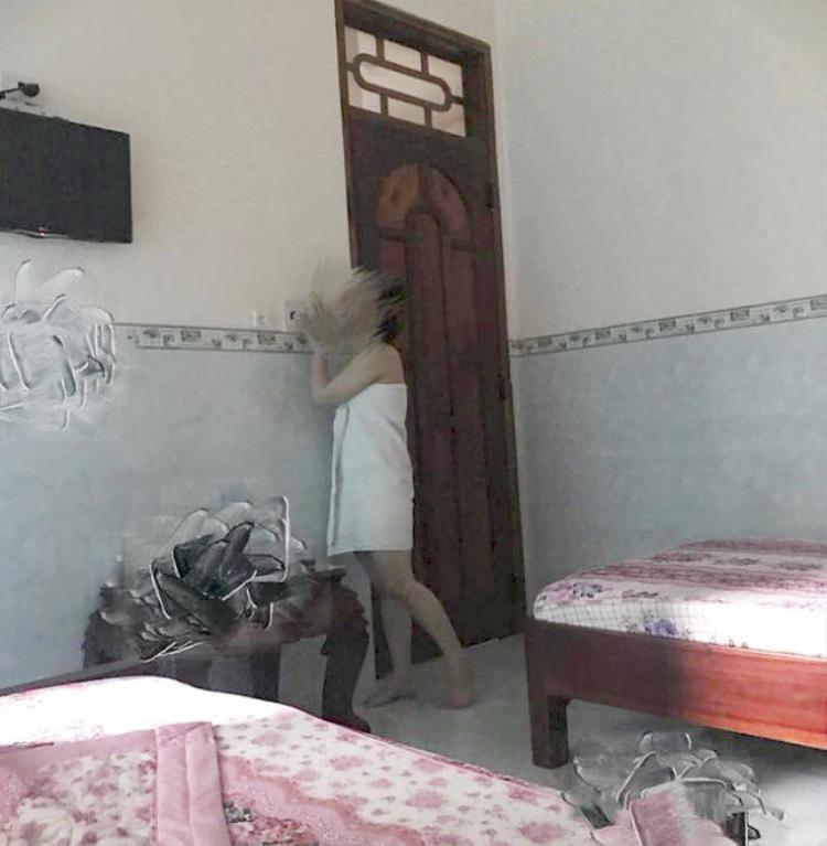 Hình ảnh cô gái chỉ có tấm khăn tắm trắng trên người vào khách sạn cùng tình cũ khiến dân mạng buông lời chỉ trích.