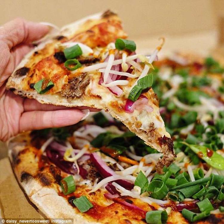 Chiếc bánh pizza vị phở của cửa hàngStretched Pizza. Ảnh: Instagram
