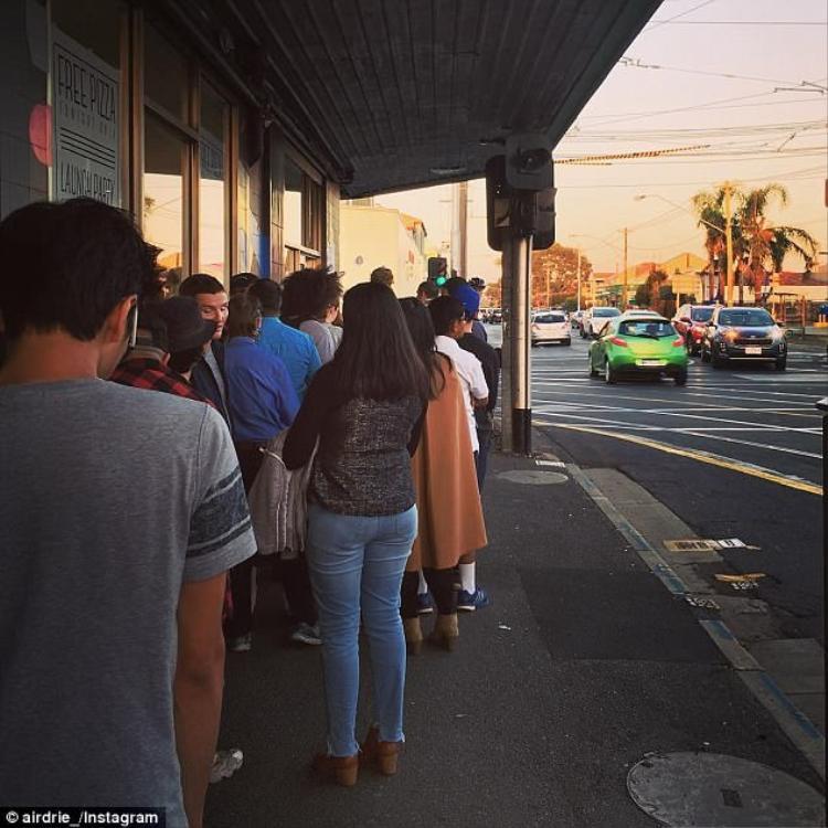 Rất nhiều người xếp hàng chờ mua pizza vị phở củaStretched Pizza . Ảnh:Instagram