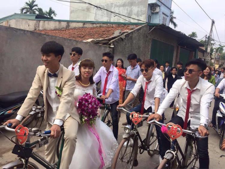 Màn đón dâu bằng xe đạp của Đức Sơn - Hồng Mây ở Hà Nội.