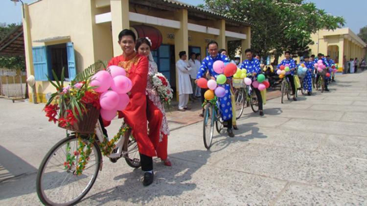 Đoàn rước dâu gồm 11 chiếc xe đạp gây chú ý ở Tây Ninh.