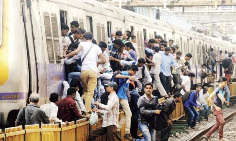 Tại Mumbai, cơn ác mộng mang tên đường sắt dường như chưa bao giờ có hồi kết. Ảnh: Mid-day.com