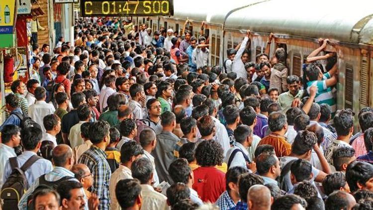Có khoảng 3.000 người mất mạng do đi lại bằng xe lửa mỗi năm. Ảnh: Hindustantimes