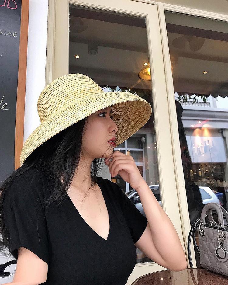 Chiếc nón vành rộng hơi cụp cực hợp với những cô nàng nữ tính, thích sự cổ điển.