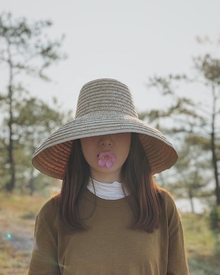 Một cô nàng fasshion icon như Yến Nhi thì chắc chắn sẽ không bỏ qua xu hướng phụ kiện cá tính này rồi.