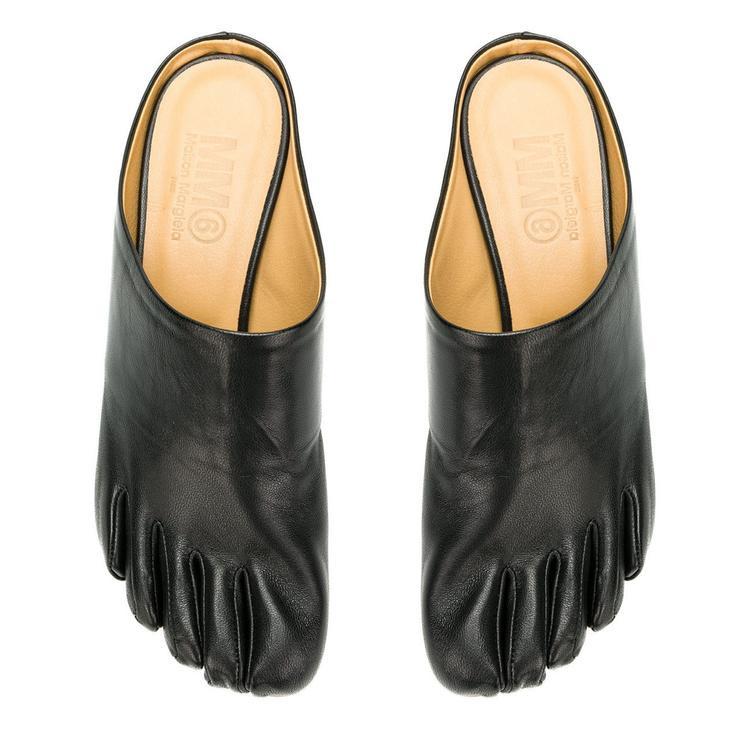 """Thương hiệu Maison Margiela cho ra những thiết kế giày mang hình ảnh trên nhận được sự ủng hộ nhiệt liệt. Nhà mốt cho biết, kiểu dáng của nó phù hợp với cả nam lẫn nữ, và ngay khi vừa tung ra thị trường, item này lập tức """"sold out"""" trên mọi mặt trận."""