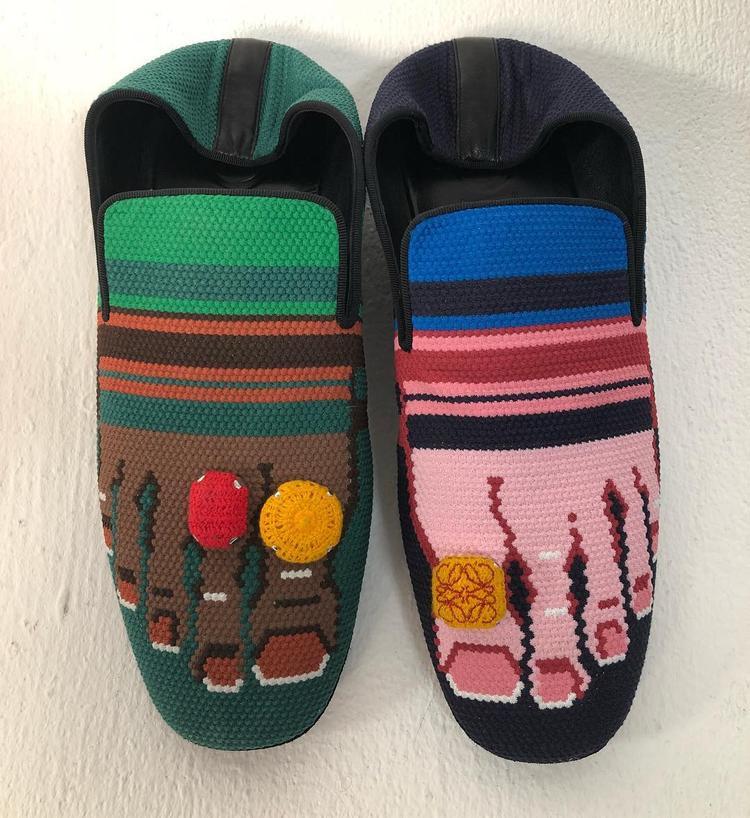 Trong BST mới nhất, thương hiệu Loewe đã khiến giới mộ điệu sửng sốt khi trình làng những đôi giày với hình ảnh bàn chân được cách điệu trên phần mũi, làm thành một chi tiết lạ mắt. Nếu vẫn còn mang suy nghĩ giày phải che giấu ngón chân thì bạn nên cập nhật ngay kiểu mốt này để không phải lỡ nhịp xu hướng.