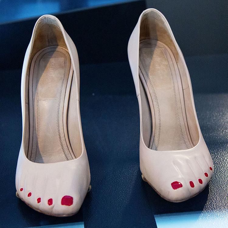 Không chỉ thế, họa tiết đôi bàn chân còn xuất hiện trong những đôi cao gót, phục vụ các quý bà đỏm dáng.