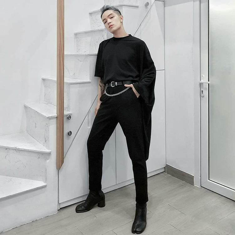 Tại Việt Nam, Kelbin Lei là sao Việt đầu tiên cập nhật xu hướng này. Để dễ mix, match, chàng stylist gốc Đà Lạt lựa chọn một thiết kế xẻ đôi cùng gam màu đen ấn tượng.