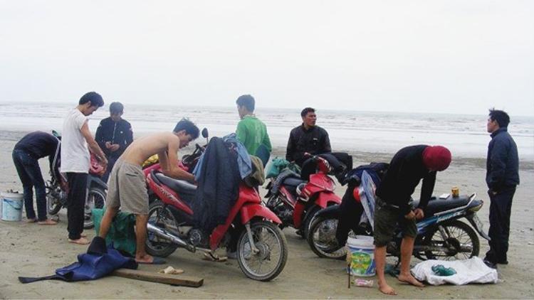 """8 anh em """"đi rum"""" tập trung tại bãi biển Thạch Kim, Lộc Hà, Hà Tĩnh."""