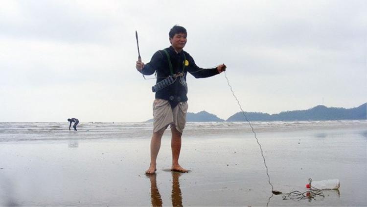 Kiểm tra các dụng cụ trước khi xuống biển.