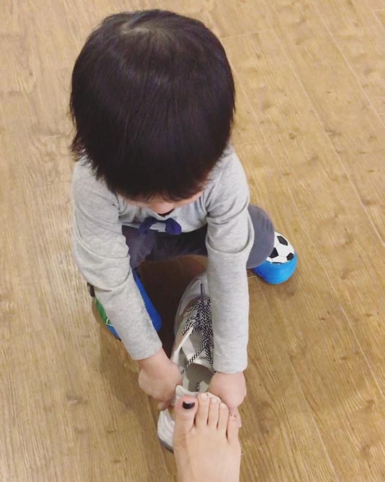 Tự động mang giày cho mẹ
