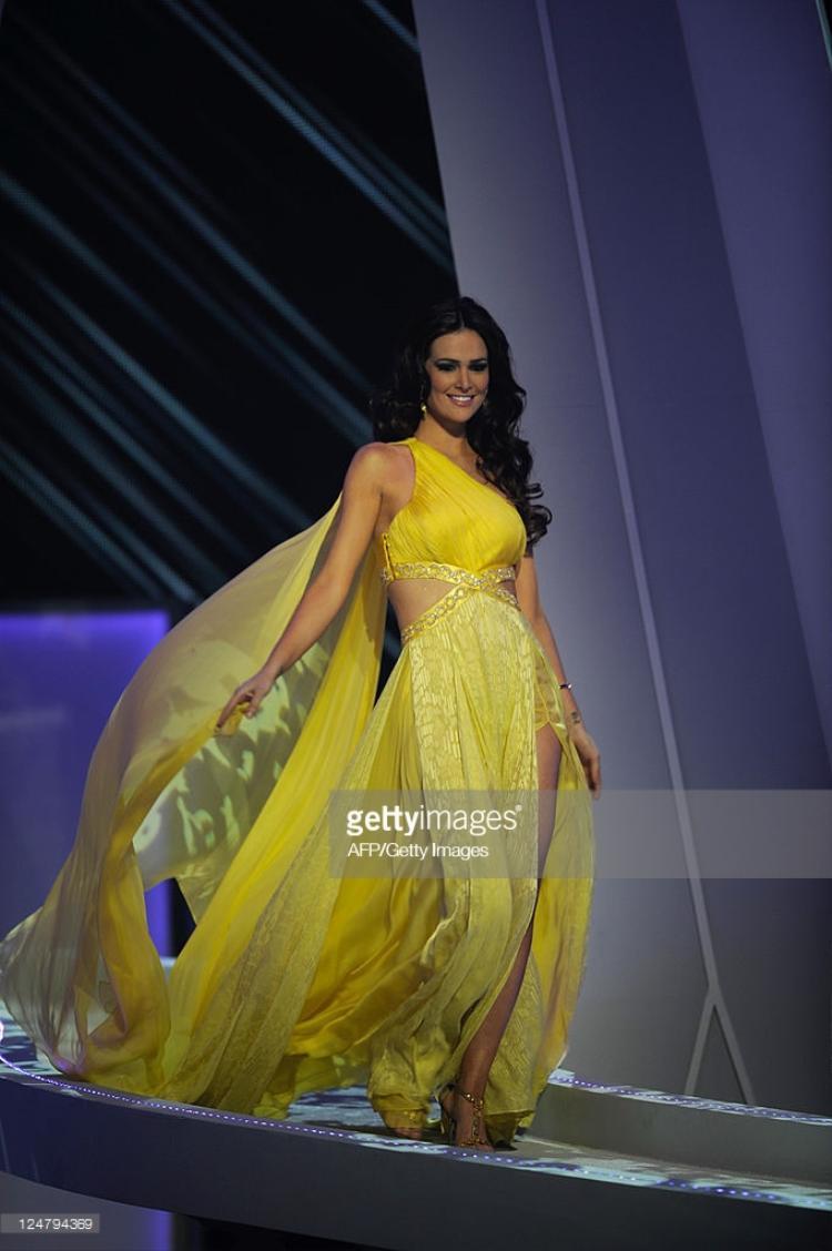 Mỹ nhân Brazil đăng quang ngôi vị Á hậu 2, Miss Universe 2011 trong bộ trang phục tông vàng rực rỡ. Được biết đây là thiết kế cô thích nhất vì người đẹp cho rằng nó có thể tôn làn da rám nắng của cô tốt nhất.