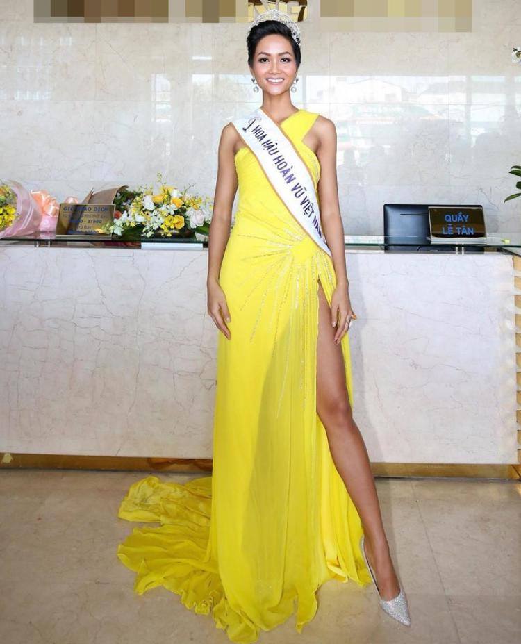 Chỉ cần một trang phục sắc vàng có kiểu dáng đơn giản như thế này cũng giúp H'Hen Niê tạo nên phong cách riêng biệt, khó có thể nhầm lẫn với các Hoa hậu khác.