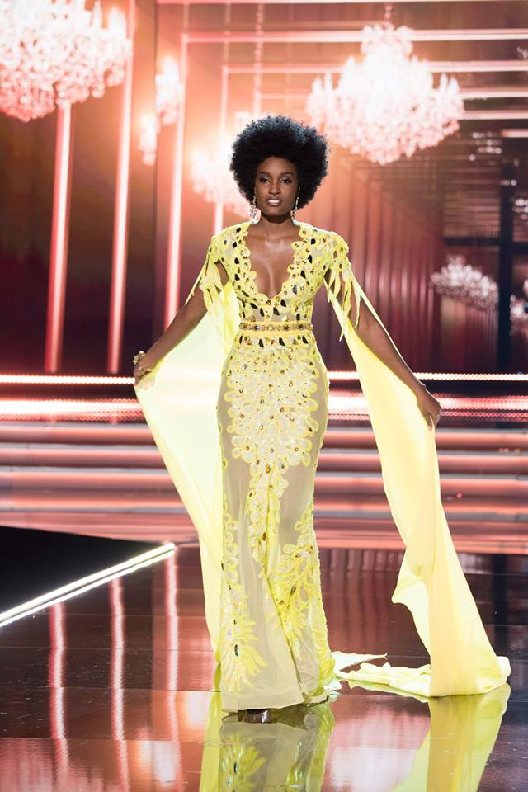 Lần gần đây nhất phải kể đến người đẹp Jamaica đã xuất sắc trở thành Á hậu 2, Miss Universe 2017 khi cô cũng chọn thiết kế màu vàng cho đêm thi của mình. So với H'Hen Niê, mỹ nhân gốc Phi này sở hữu làn da nâu đen hơn rất nhiều. Song xem ra cô khá phù hợp với bộ cánh tưởng chừng như chỉ dành cho những Hoa hậu da trắng hồng.