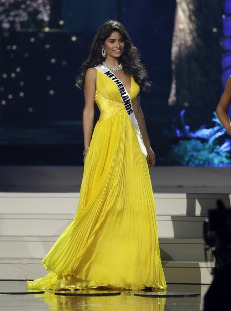 """Mỹ nhân """"da màu"""" của đất nước Netherlands đoạt được ngôi vị Á hậu 3, Miss Universe 2014. Trong bộ trang phục vàng óng ả cô dễ dàng thu hút với vẻ đẹp vừa nóng bỏng vừa hoang dã."""