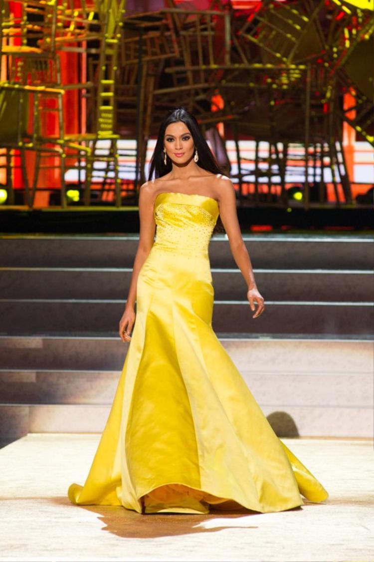 """Bộ trang phục đuôi cá màu vàng này đã góp phần vào sự lên ngôi Á hậu 3, Miss Universe 2013 của mỹ nhân """"da màu"""" Philippines."""