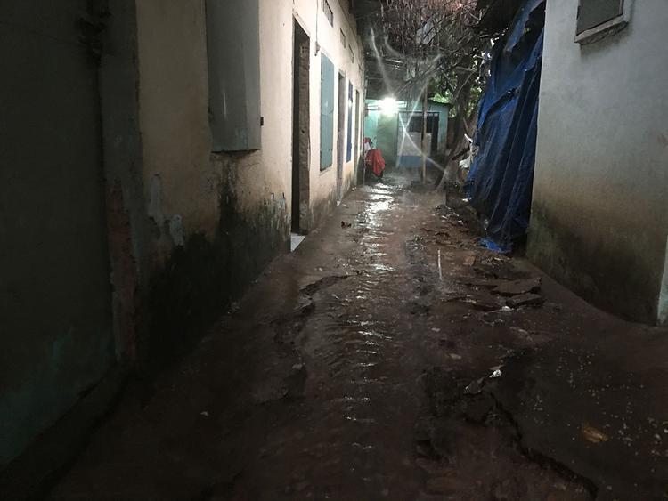 Chỉ cần một trận mưa nhỏ đã khiến nước có thể dâng tràn vào phòng
