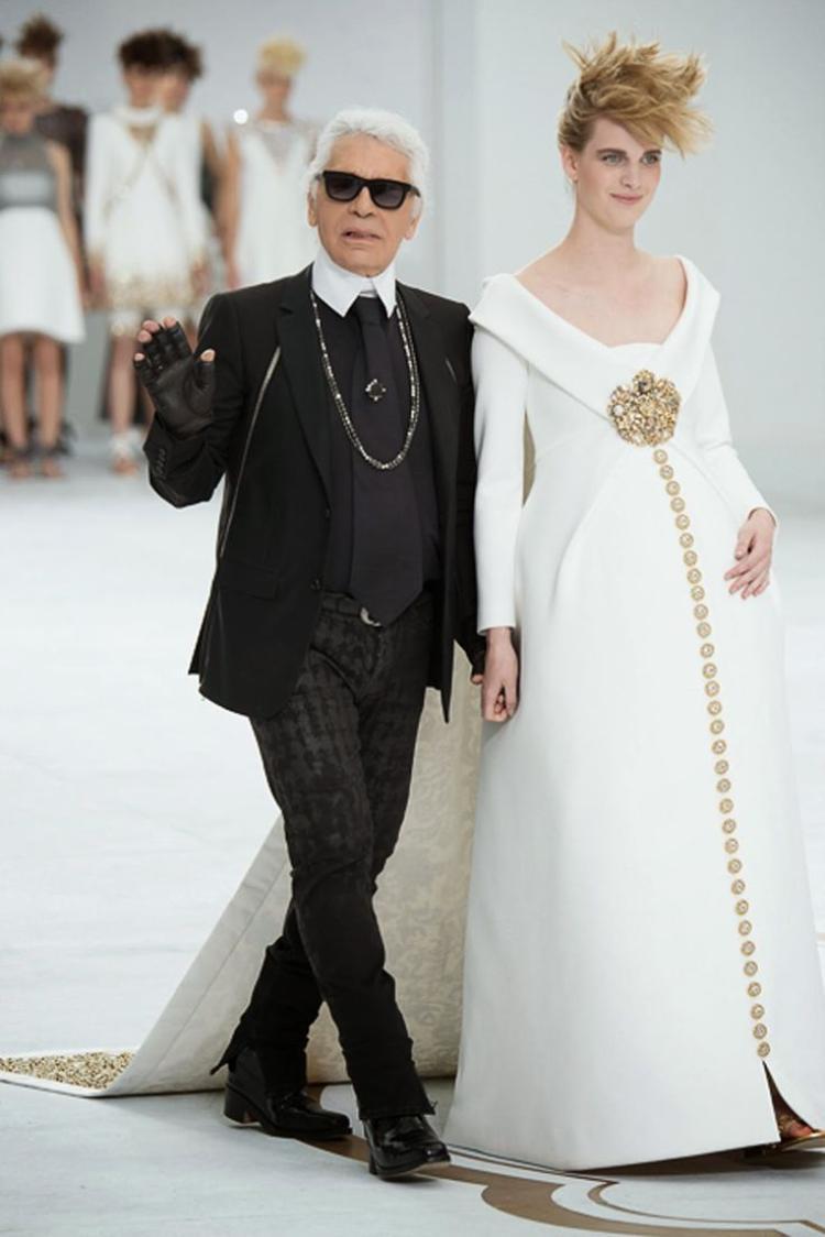Người mẫu Ashleigh Good mang bầu 6 tháng cùng Karl Lagerfeld chào khán giả tại BST Chanel Thu 2014.