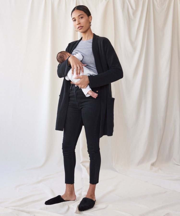 Hình ảnh Tylynn Nguyen diện quần jeans và áo len đơn giản, ôm con vào lòng được chia sẻ tích cực trên Instagram. Bức ảnh còn thu hút nhiều sự chú ý từ các ngôi sao và những người dùng có sức ảnh hưởng trên các trang mạng.