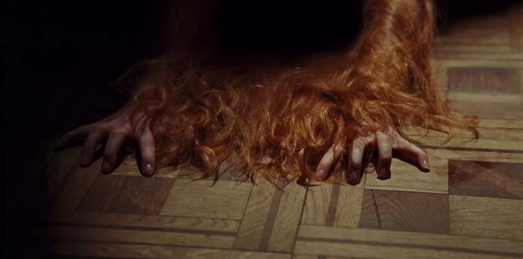 Việc tận dụng ánh sáng và góc quay khiến cho nước phim tưởng chừng như giản dị lại trở nên gai góc và đáng sợ.