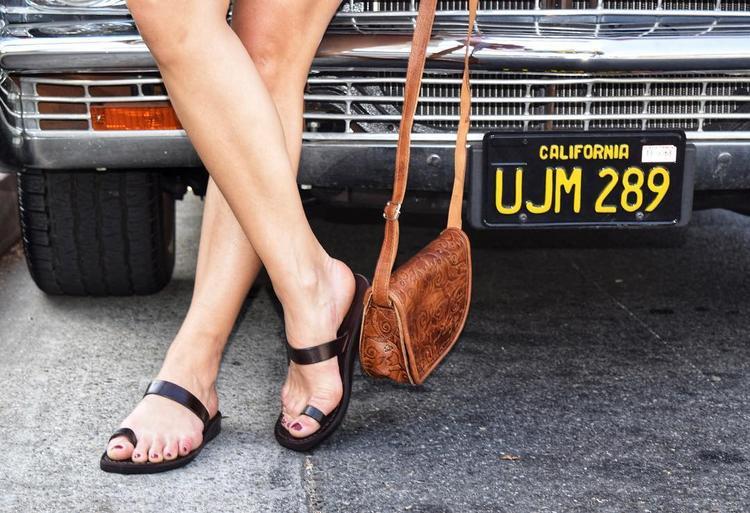 Không phải ngẫu nhiên mà kiểu dép hở ngón đang xuất hiện rầm rộ trên instagram của các blogger thời trang, bởi thiết kế này giúp các nàng thoải mái khoe bộ móng với màu sơn phong cách mùa hè yêu thích.