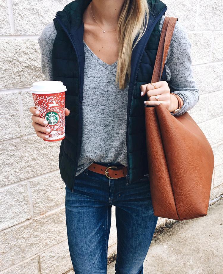 Đừng tân trang tủ đồ của bạn chỉ với quần áo và giày dép, mà quên đi mẫu túi 'thần thái' nhất của mùa này. Những chiếc túi da tông màu nâu cổ điển với đường nét thiết kế tinh giản tưởng chừng như nhàm chán, lại sở hữu một sức hút thời thượng khi phối cùng mọi kiểu trang phục hằng ngày.