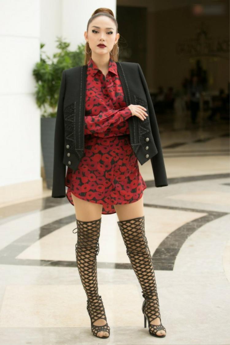"""Mới đây, vẻ ngoài của Minh Hằng trong một chương trình đã bị cộng đồng mạng """"chê lên chê xuống"""". Hầu hết đều đồng tình rằng, chính đôi boots hầm hố đã khiến đôi chân nữ ca sĩ trông béo và thấp hơn hẳn. Outfit này khiến cô phải chịu cảnh lọt vào nhiều bảng xếp hạng của các tạp chí."""