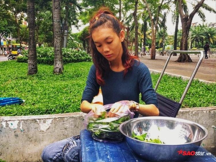 Chị Ngọc (Huyền Vân) chăm chú nhặt rau để bán trứng vịt lộn