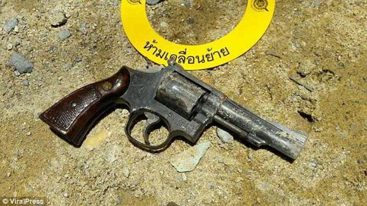 Khẩu súng thu được tại hiện trường.