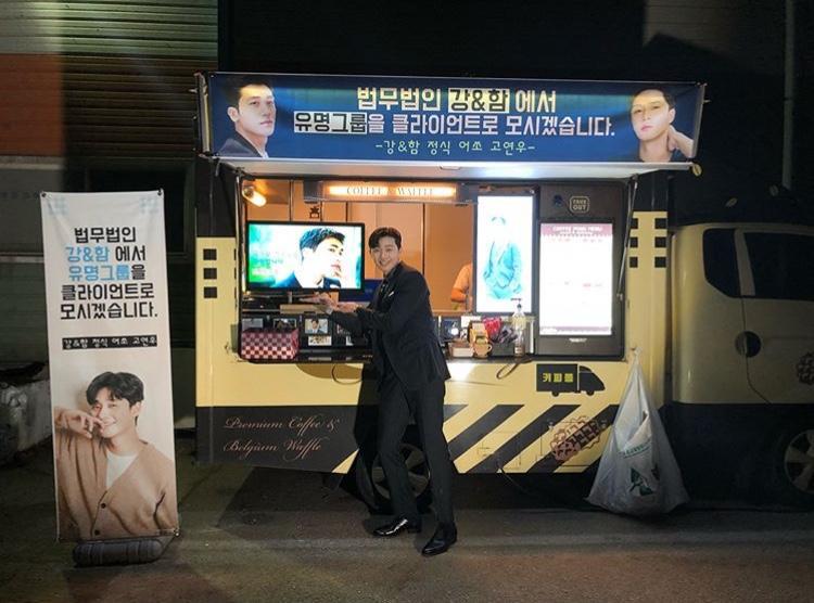 Trước đó, giọng ca của ZE:A cũng đã gửi một xe tải cà phê kèm bánh ngọt đến trường quay của Park Seo Joon.