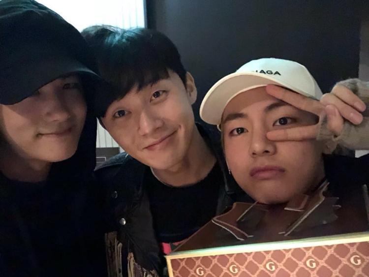"""V (BTS), Park Hyung Sik và Park Seo Joon trở nên thân thiết sau khi đóng xong bộ phim truyền hình cổ trang """"Hwarang"""" sản xuất năm 2016."""