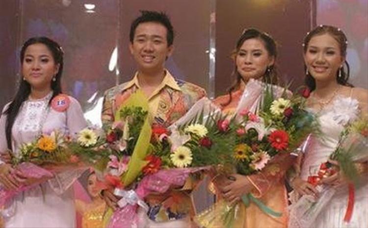 """Hồng Phượng (ngoài cùng bên trái) cùng nam MC Trấn Thành chụp hình kỉ niệm khi nhận giải """"Én Vàng"""" năm 2006."""