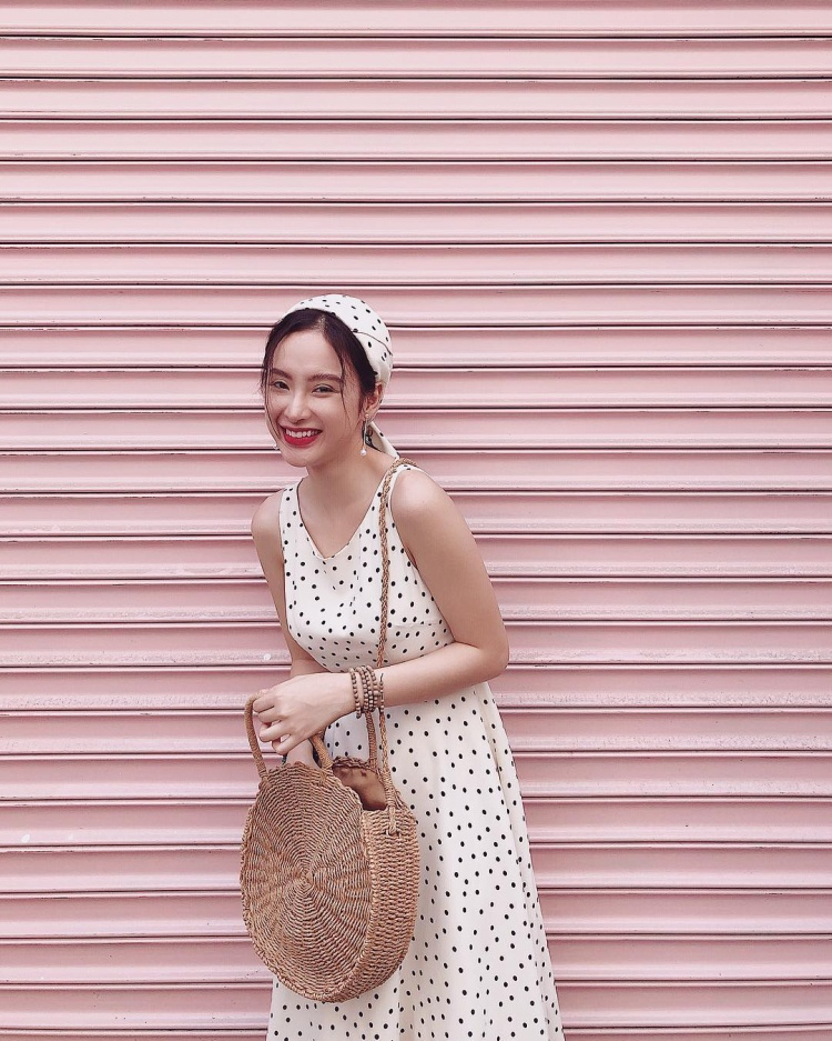 Chán hở bạo. Angela Phương Trinh trở nên nữ tính vô cùng khi diện đầm chấm bi phối cùng băng đô vải cùng tông. Cô nàng cũng được cộng điểm khi sử dụng chiếc túi cói cực hot trong hè này làm điểm nhấn.
