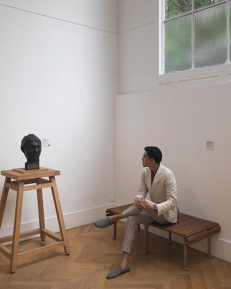 Lịch lãm, thời thượng là phong cách thường trực của người mẫu Quang Đại. Anh chàng xuống phố cùng combo áo blazer và quần kẻ sọc nam tính nhưng chẳng hề già dặn.