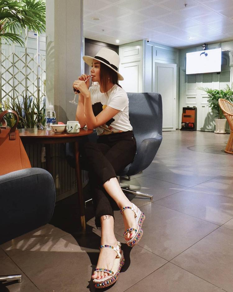 Đôi giày đế xuồng nhiều màu sắc trở thành điểm sáng khiến set đồ đơn sắc của Thanh Hằng trở nên nổi bật.