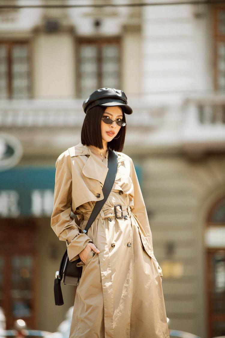 """Chiều cao khiêm tốn nhưng tú Hảo hoàn toàn biết cách """"tỏa sáng"""" trong chiếc áo trench coat. cách lựa chọn phụ kiện cũng cho thấy gu thời trang tinh tế của Quán quân The Face mùa 2."""