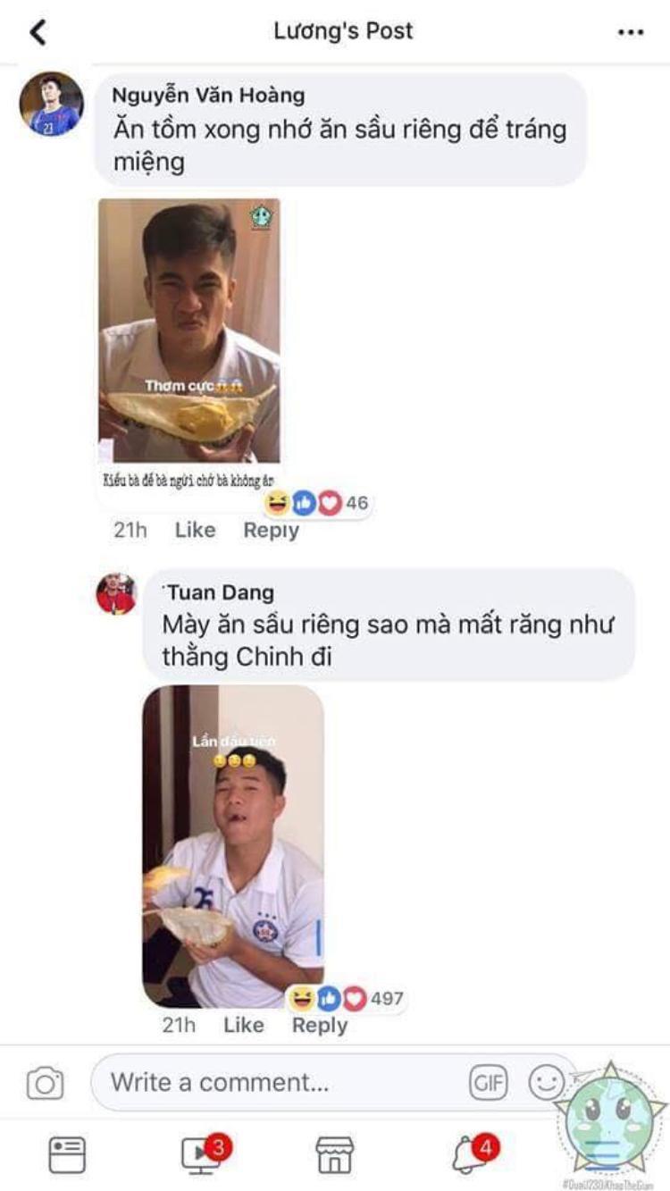 Văn Hoàng bóc sầu riêng cho anh em ăn tráng miệng.