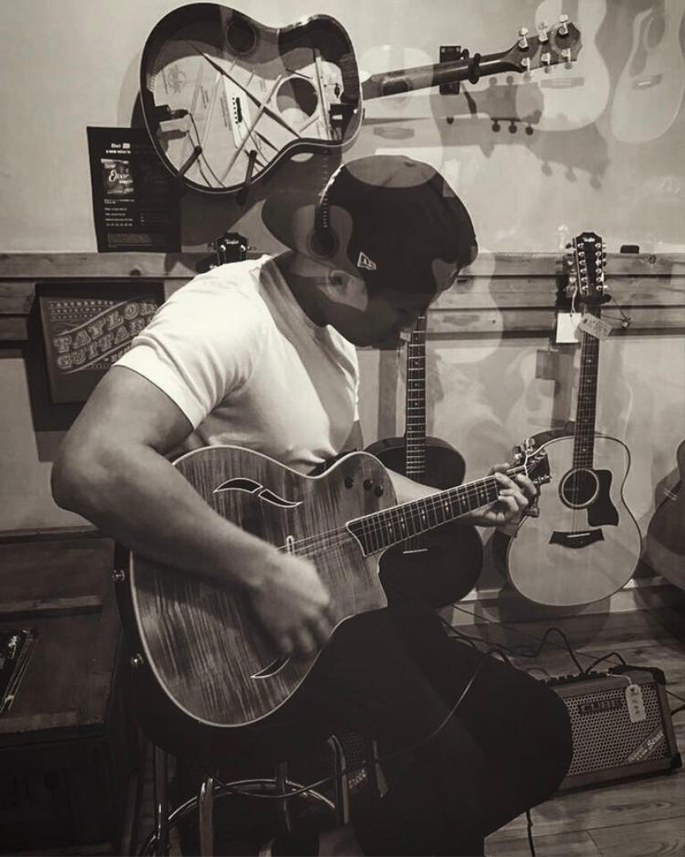 Lại còn biết đàn ghita.