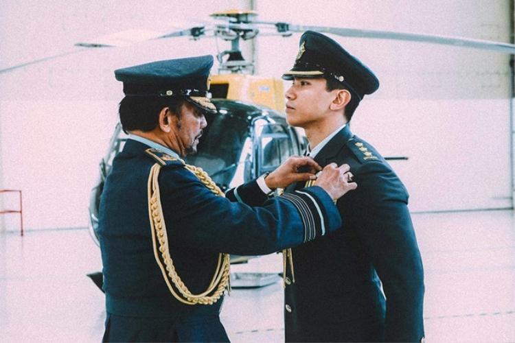 Anh đã lấy bằng thạc sĩ Ngoại giao Quốc tế, hoàn thành khóa học tại Học viện Quân sự hoàng gia của Anh.