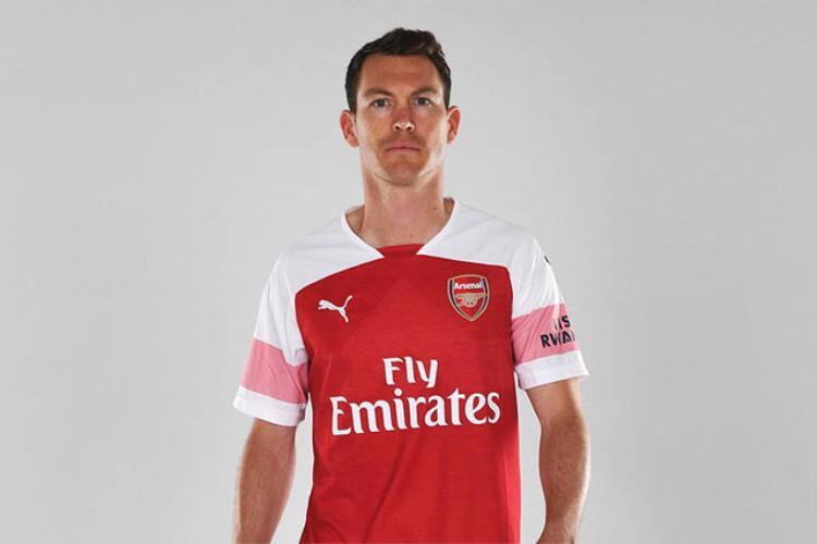 Stephan Lichtsteiner là tân binh đầu tiên của Arsenal dưới thời HLV Unai Emery