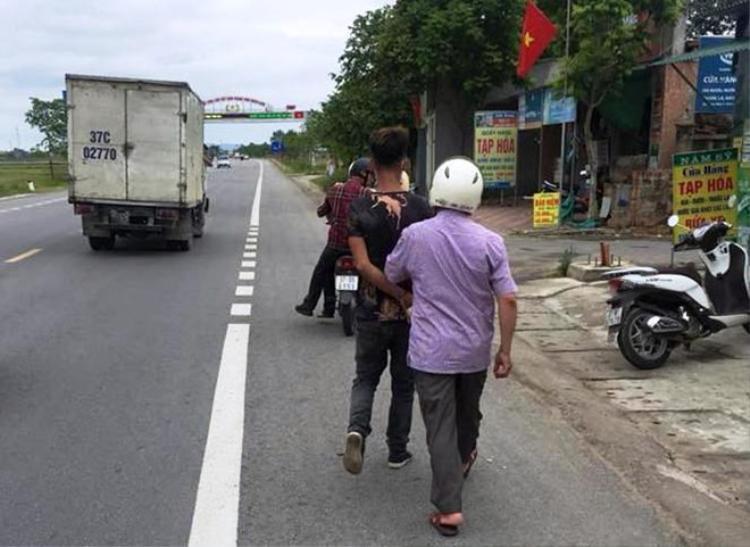 Một trong các thanh niên bị công an bắt giữ.