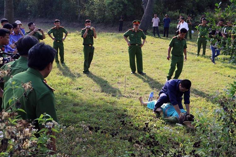 Lâm Văn Đởi trong lần thực nghiệm lại hiện trường vụ án. Ảnh: Vietnamnet.