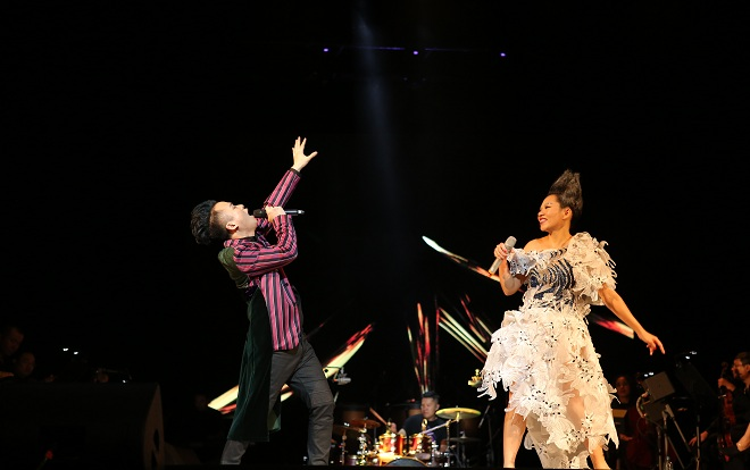 Trần Thu Hà song ca với Tùng Dương trong đêm diễn tối qua.
