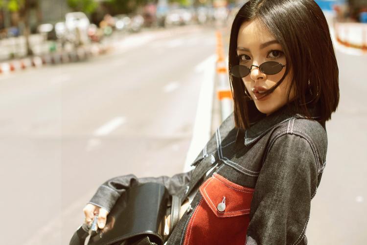 """Mới đây, quán quân the Face mùa thứ 2 - Tú Hảo vừa tung ra bộ ảnh street style cá tính, """"kool ngầu"""". Trong đó, outfit với áo khoác jeans cùng điểm nhấn túi đỏ bản to được nhiều người yêu thích hơn cả."""