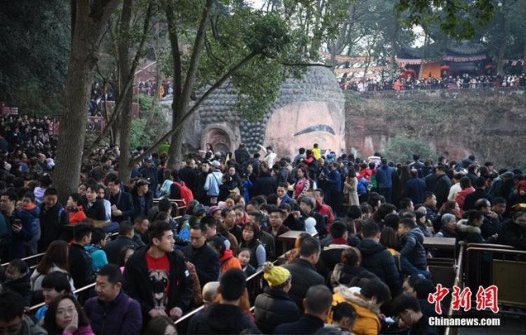 Người dân Trung Quốc xếp hàng dài vào thăm viếng tượng Phật trong ngày đầu năm.
