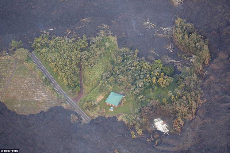 Một ngôi nhà ở vùng ngoại ô Pahoa bị cô lập bởi dung nham núi lửa.